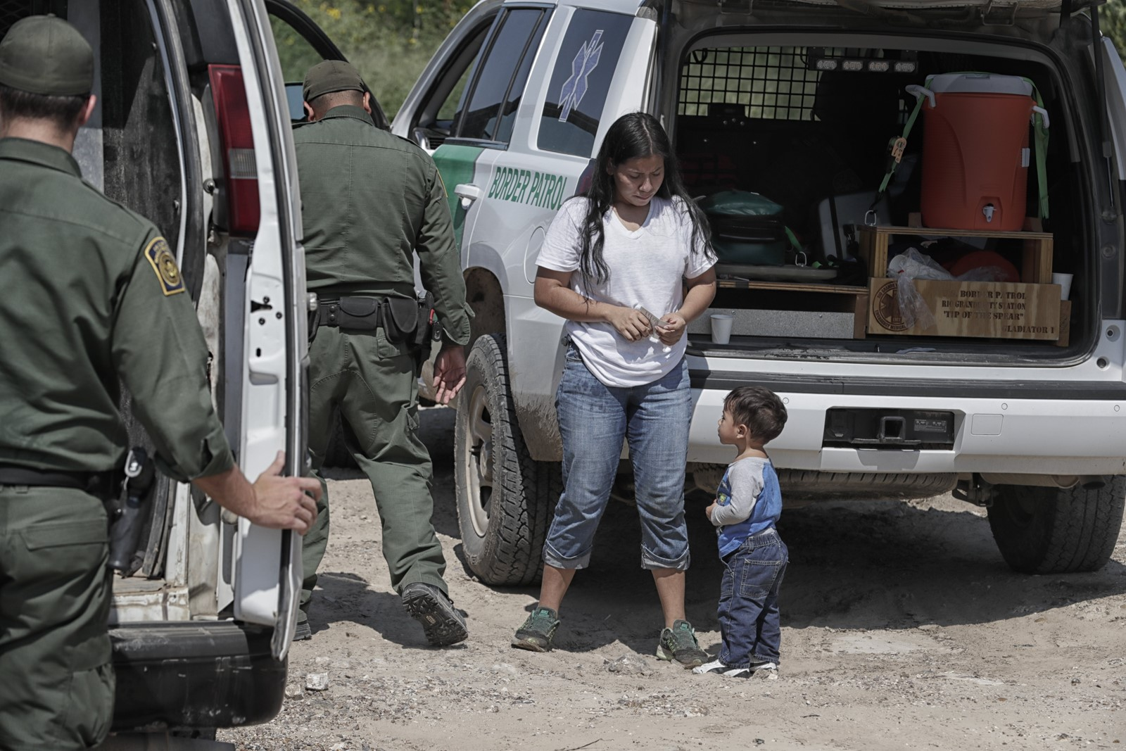 Border Patrol agents detain a Honduran mother and son. Distrust between agents and Roma residents is often mutual. — Photograph: Robert Gauthier/Los Angeles Times.